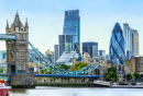 Tower Bridge und Finanzviertel von London
