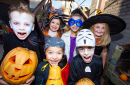 Kinder in Halloween-Kostümen